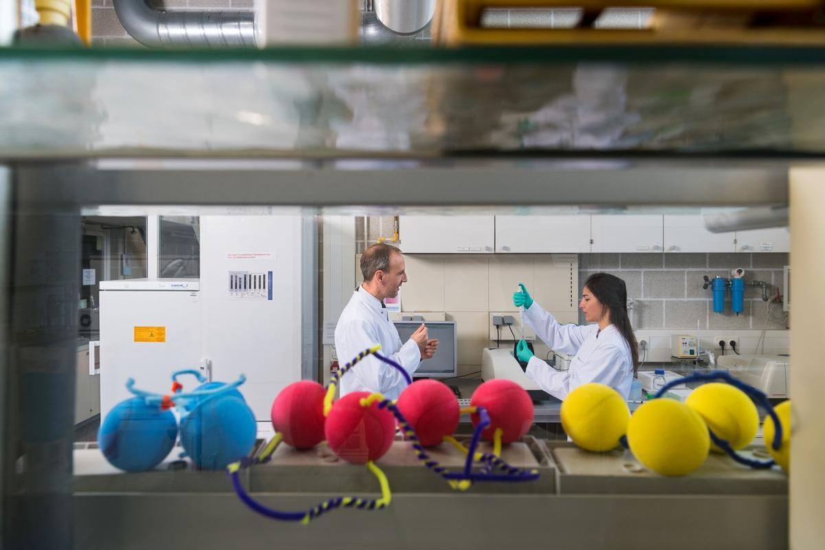 TUM researchers Oliver Lieleg (left) and Ceren Kimna (right), with craft models of their drug particles in the foreground
