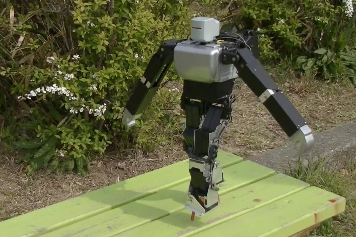 Dr. Guero's hobby robot kit balances on nail-like stilts on a park bench