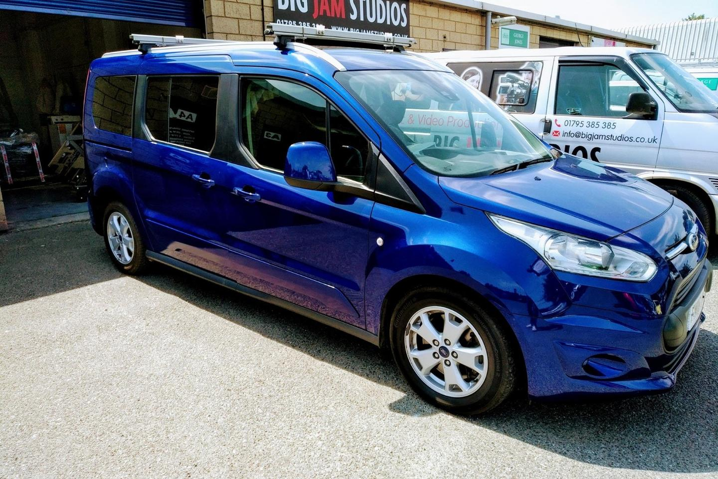 Ford Tourneo Connect with Campal ForTwo in back