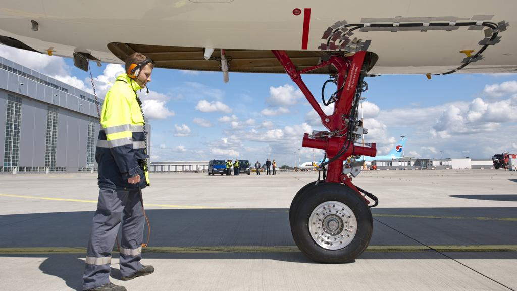 A test engineer in front of the fuel cell-powered electric nose wheel (ImageAirbus/ C. Brinkmann)