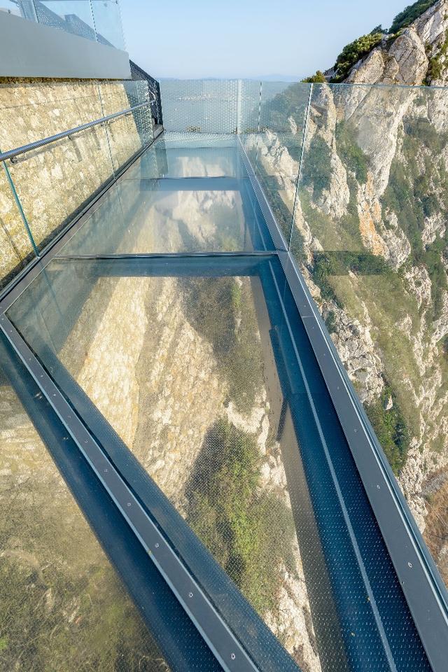 The Skywalk includesa 2.5 m (8.2 ft)-wide glass walkway