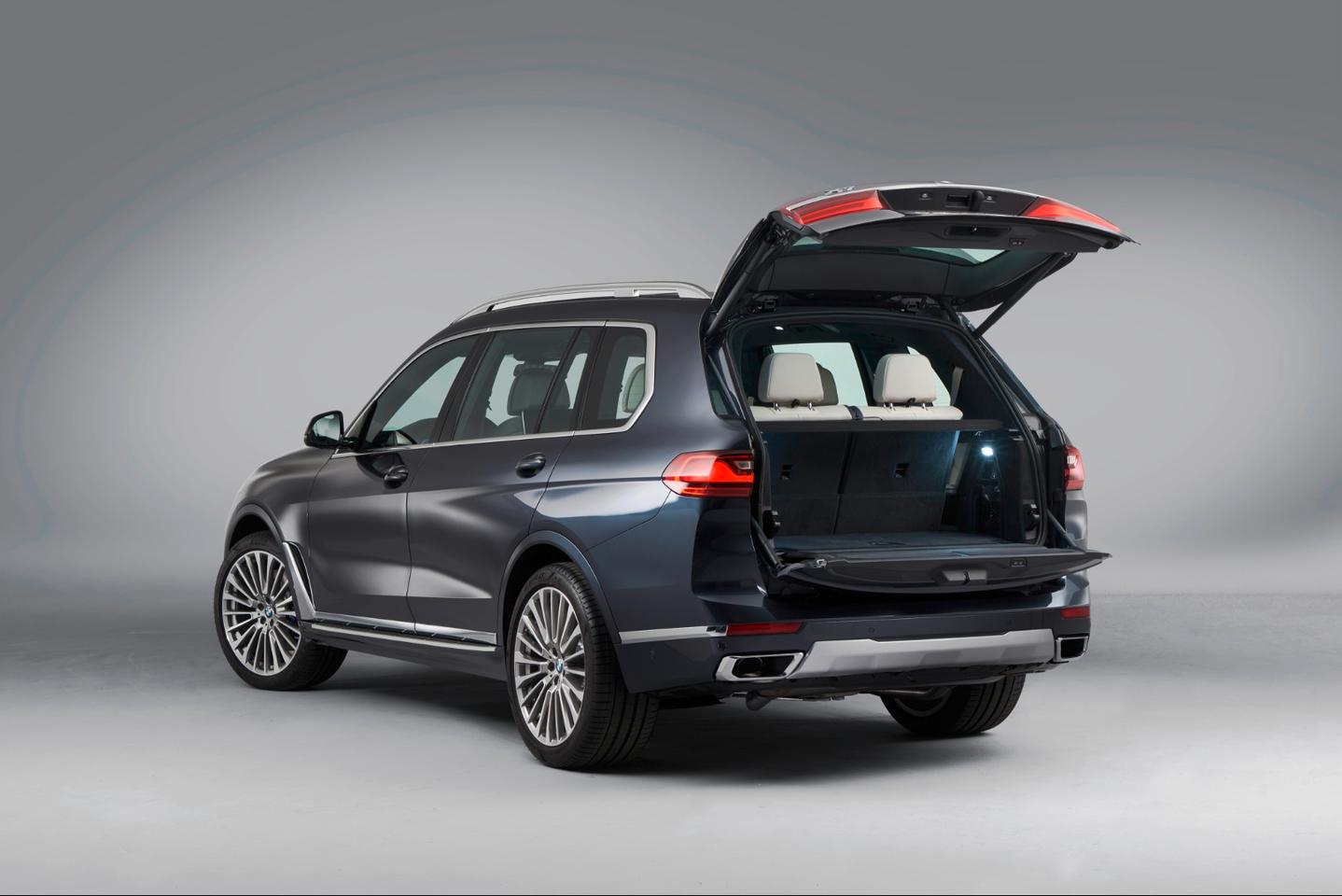 2019 BMW X7: clamshell tailgate design