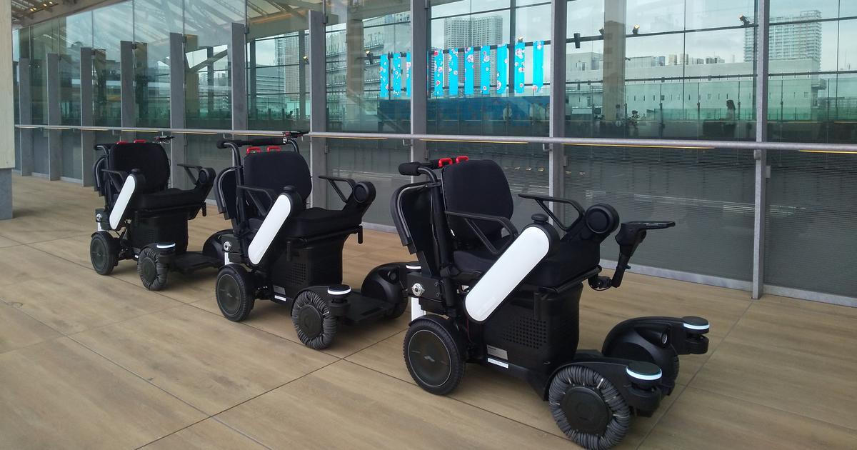 Panasonic tests autonomous tracking robots at Tokyo railway station