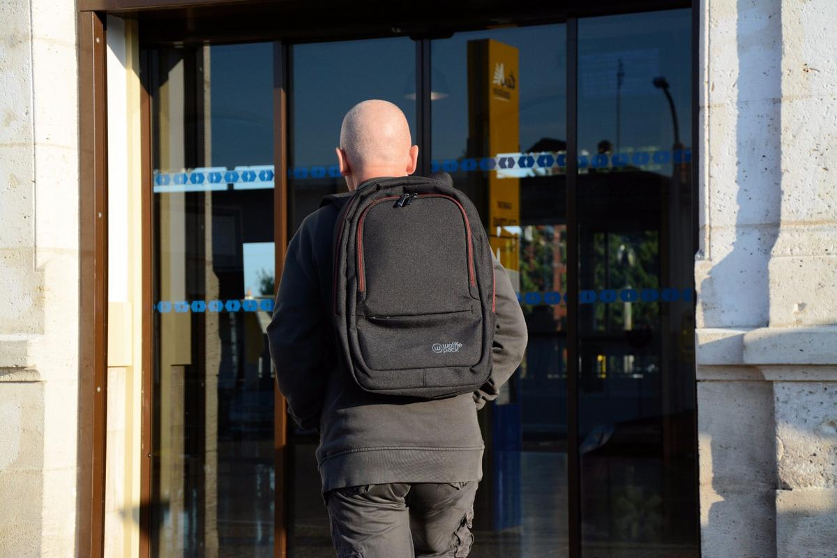 Gizmag goes commuting with the Wolffepack Metro orbital backpack