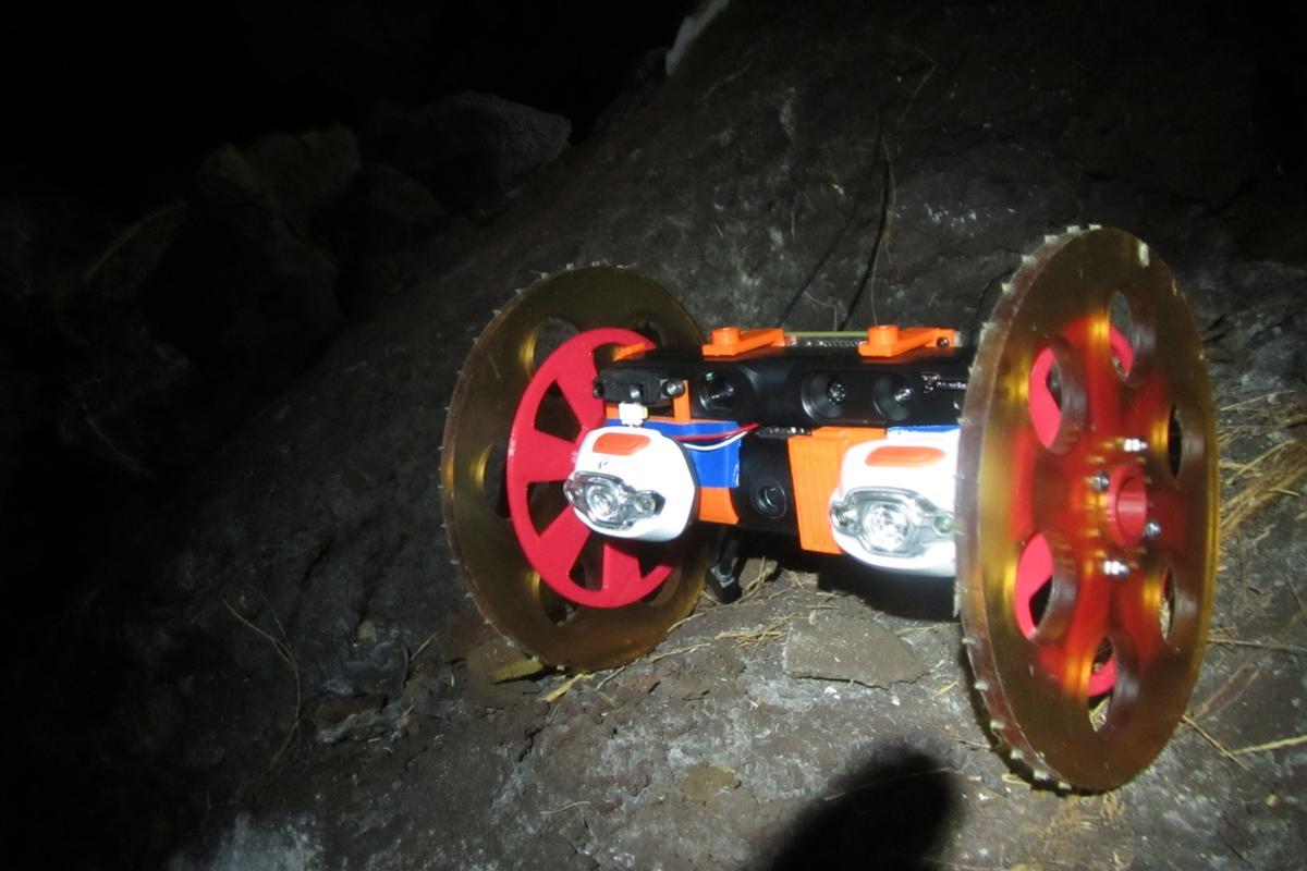 VolcanoBot 1 in a lava tube (Image: NASA/JPL/Caltech)