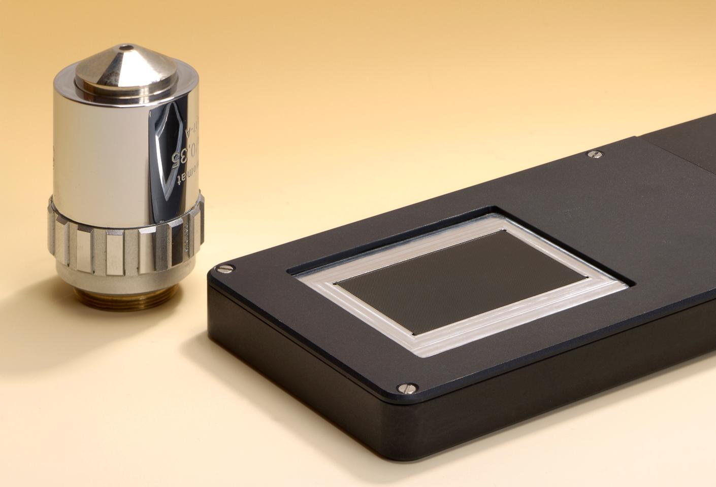 Scientists have created a thin handheld microscope that can obtain high-quality images in a fraction of the time required by traditional scanning microscopes (Photo: Fraunhofer)