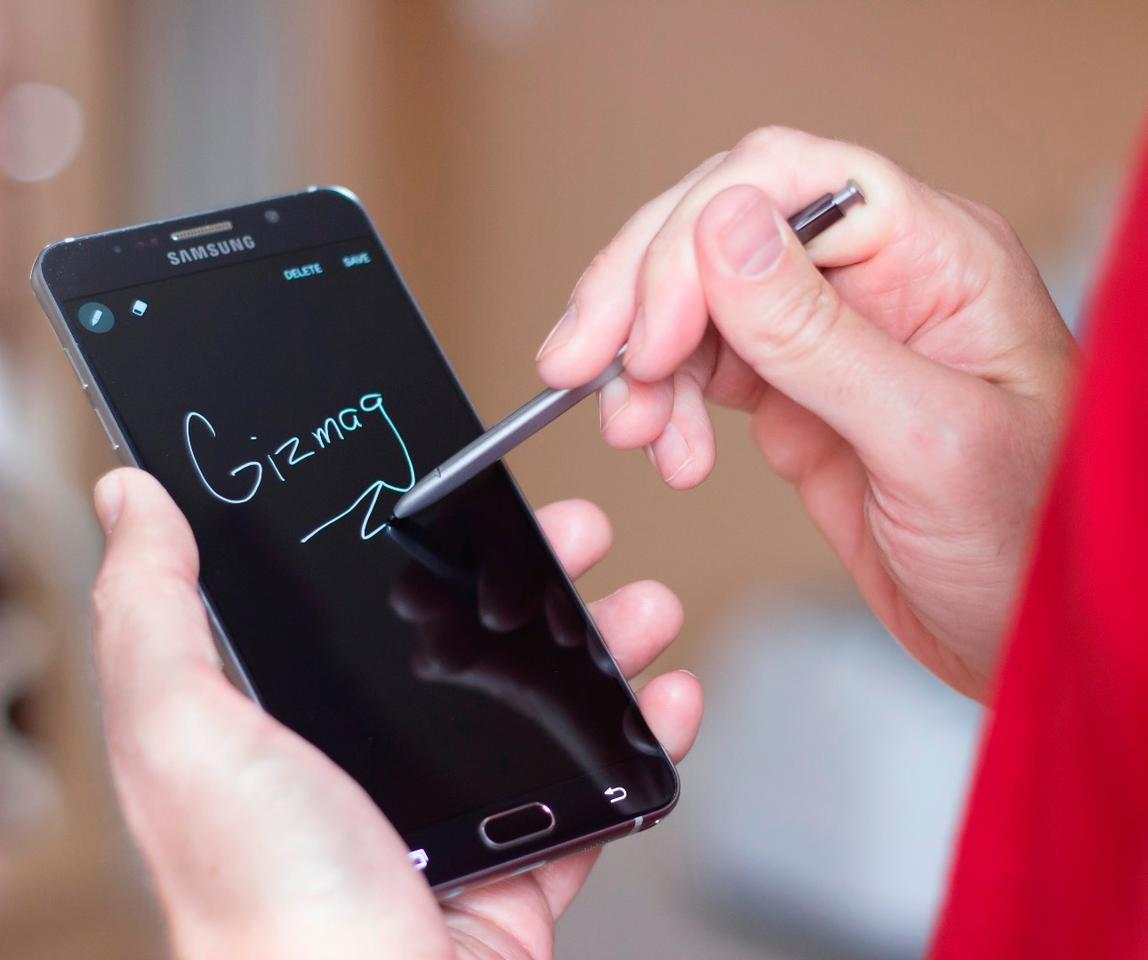 The Note 5 has a new feature that lets you write notes on its screen before waking the display