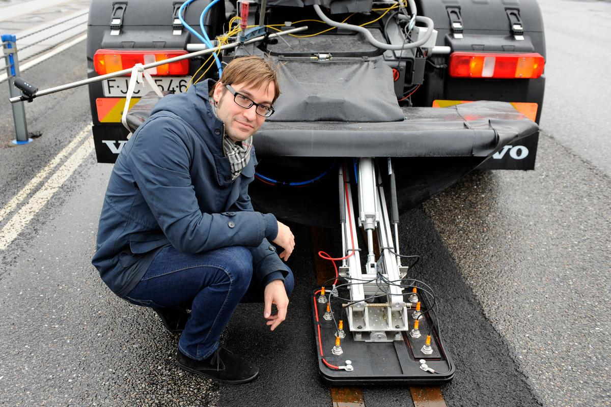 Volvo's Richard Sebestyen with the current collector connected to the rear of the test truck
