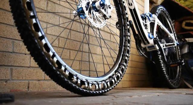 Although there is no air pressure that riders can adjust, they can instead adjust the rubber-tensioning rods to make the wheels run harder or softer