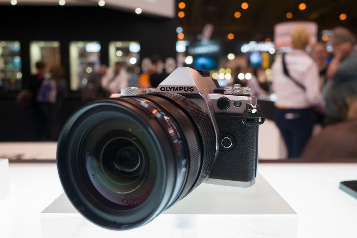 Gizmag goes hands-on with the new Olympus OM-D E-M5 II (Photo: Simon Crisp/Gizmag.com)