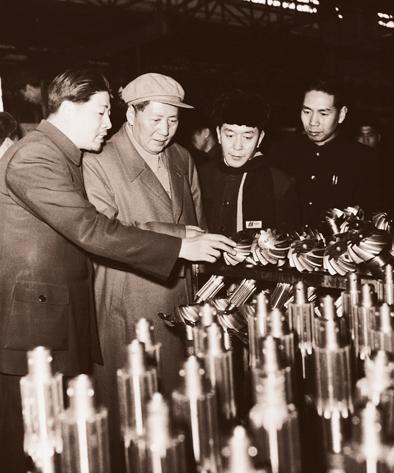 Chairman Mao Tse-tung inspects differential gearsets at the FAW plant back in the day (Image: FAW)