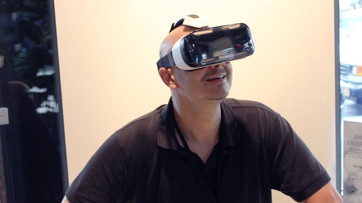 Gizmag straps on the fruit of Samsung's partnership with Oculus, the Gear VR