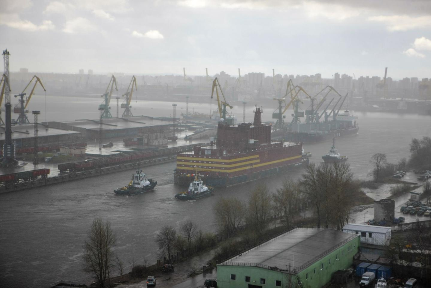 "The ""Akademik Lomonosov"" leaves St. Petersburg under tow"