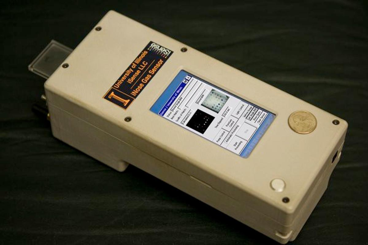 The handheld TATP detector prototype (Photo: Kenneth Suslick)