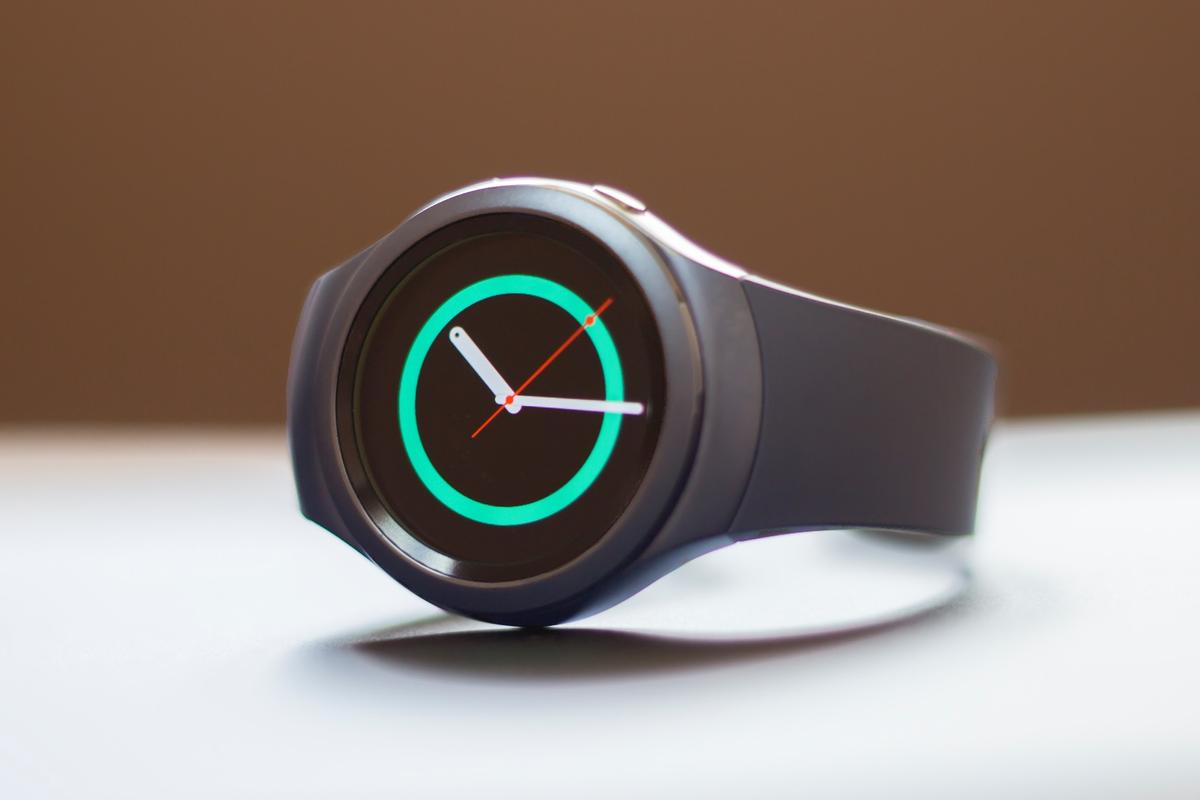 Gizmag takes an early look at the Samsung Gear S2, a round smartwatch with a unique rotating bezel