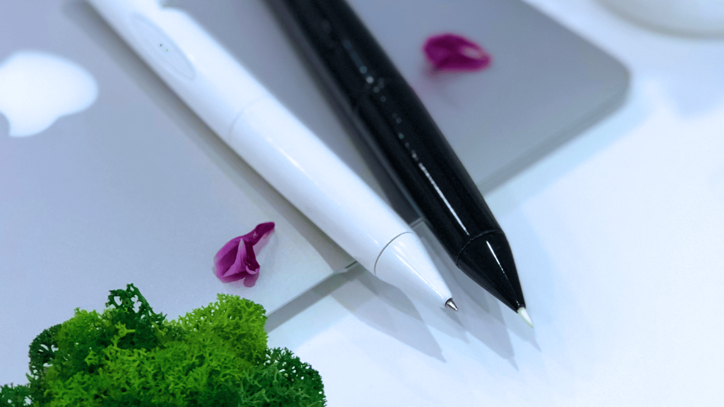The Artera pen comes with interchangeable ballpoint and brush-type nibs