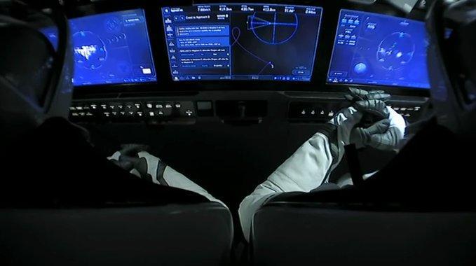 Астронавты НАСА Дуглас Херли и Роберт Бенкен готовятся к стыковочному маневру с МКС