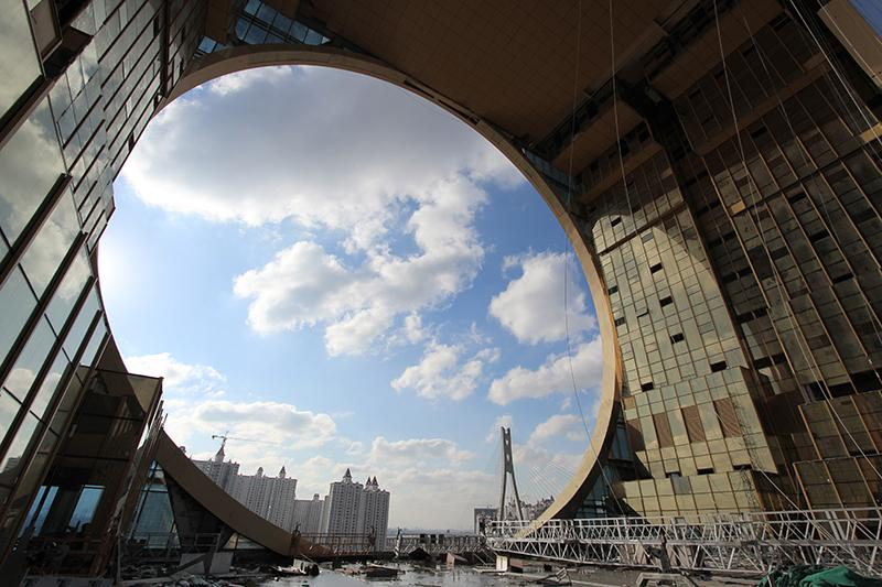 The circular hole measures 48 m (157 ft) in diameter (Photo: Joseph di Pasquale architect)