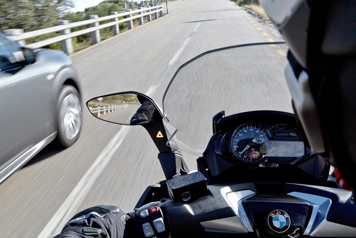 The Side View Assist scans the surrounding area of the BMW C650 GT and alerts the rider when indicating a change of direction