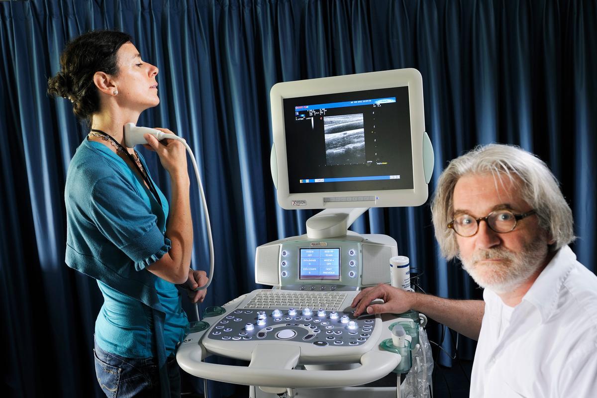 Nathalie Bijnens and Frans van de Vosse of Eindhoven University of Technology, presenting their new blood pressure measurement technique (Photo: Bart van Overbeeke)