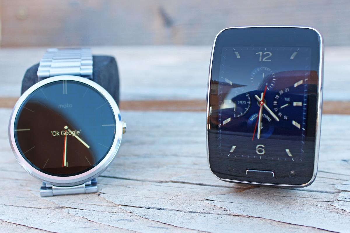 Gizmag goes hands-on to compare the Motorola Moto 360 (left) and Samsung Gear S smartwatches (Photo: Will Shanklin/Gizmag.com)
