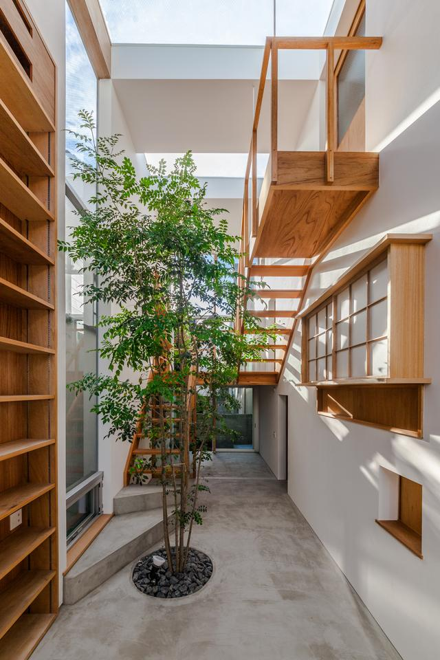 Designed for a couple, one a game creator and one a writer, the House in Ouji was conceived to minimize the boundaries between the owner's private and professional lives