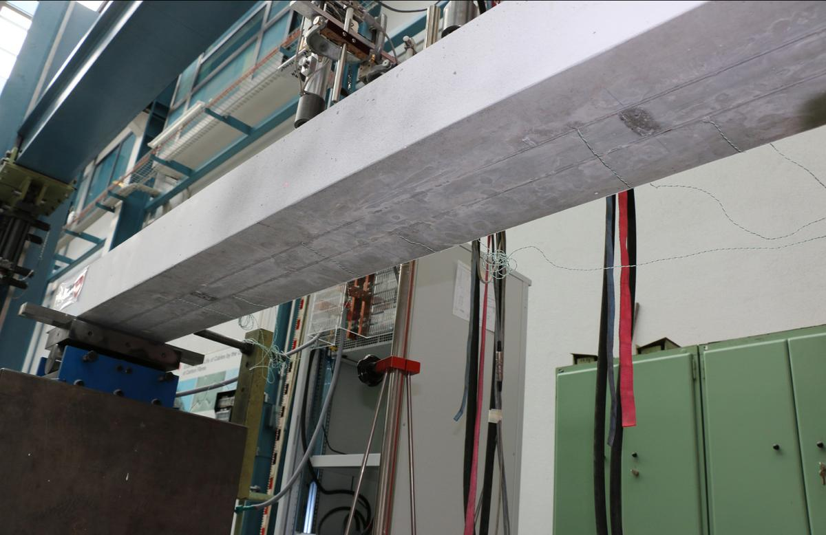 The underside of the reinforced concrete beam has been fitted with two iron-based SMA strips (Photo: Empa)