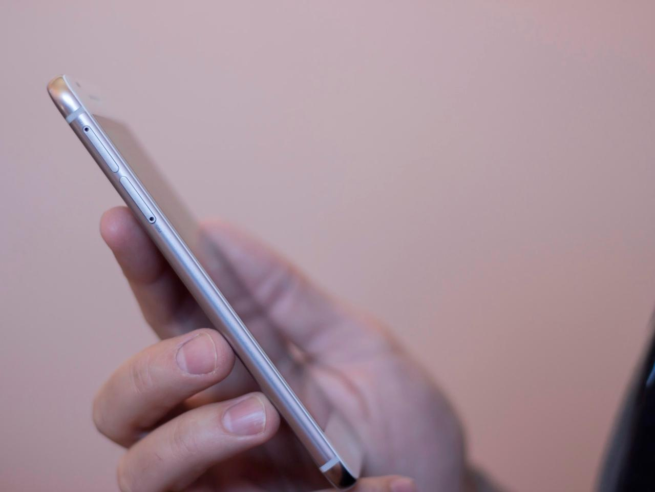 The One A9 is 7.3 mm (0.29 inch) thick