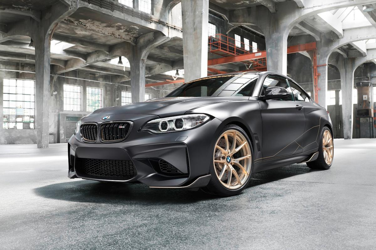 The BMW M Performance Parts Concept uses a lot of carbon fiber, starting at the grille and ending at the rear bumper