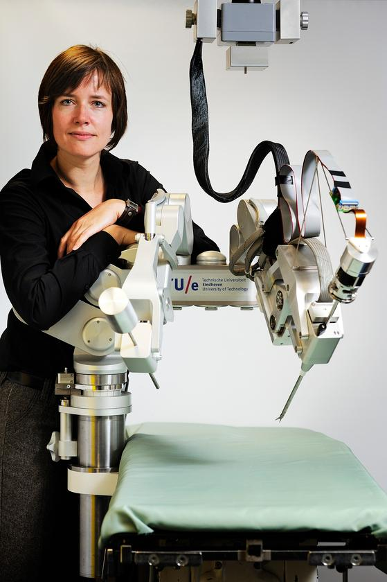 Linda van den Bedem and the Sofie force-feedback surgical robot (Photo: Bart van Overbeeke)
