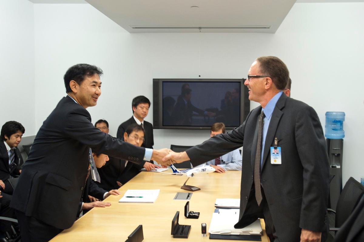 Takeo Kikuchi (left), All Nippon Airways' general manager for its Seattle office, shakes hands with Paul Baldwin, Boeing's Aircraft Contracts, after signing the final paperwork for contractual delivery of the first-ever 787 Dreamliner (Photo: Boeing)