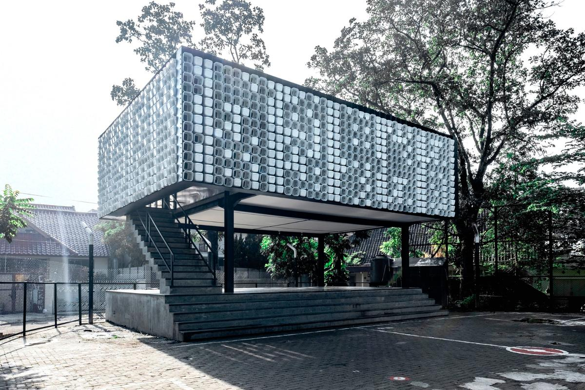 A total of 2,000 usedice cream tubs werecut and mounted to the facade