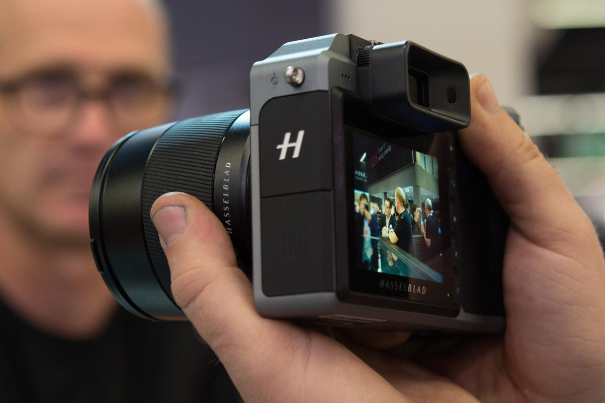 We get our hands on theHasselblad X1D mirrorless medium format camera