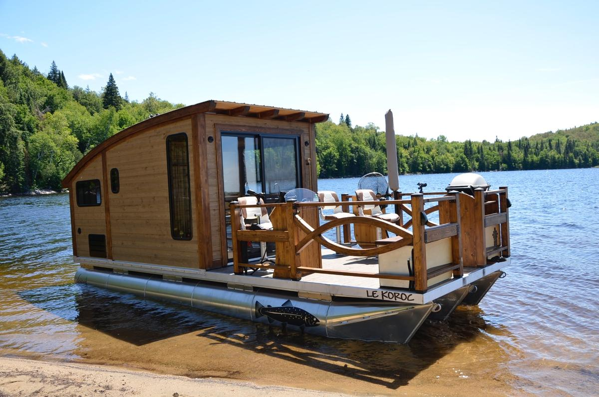 There are quite a few options available for Le Koroc, includingfishing gear, an electric anchor, electric motor, barbecue, and a propane-powered heating system