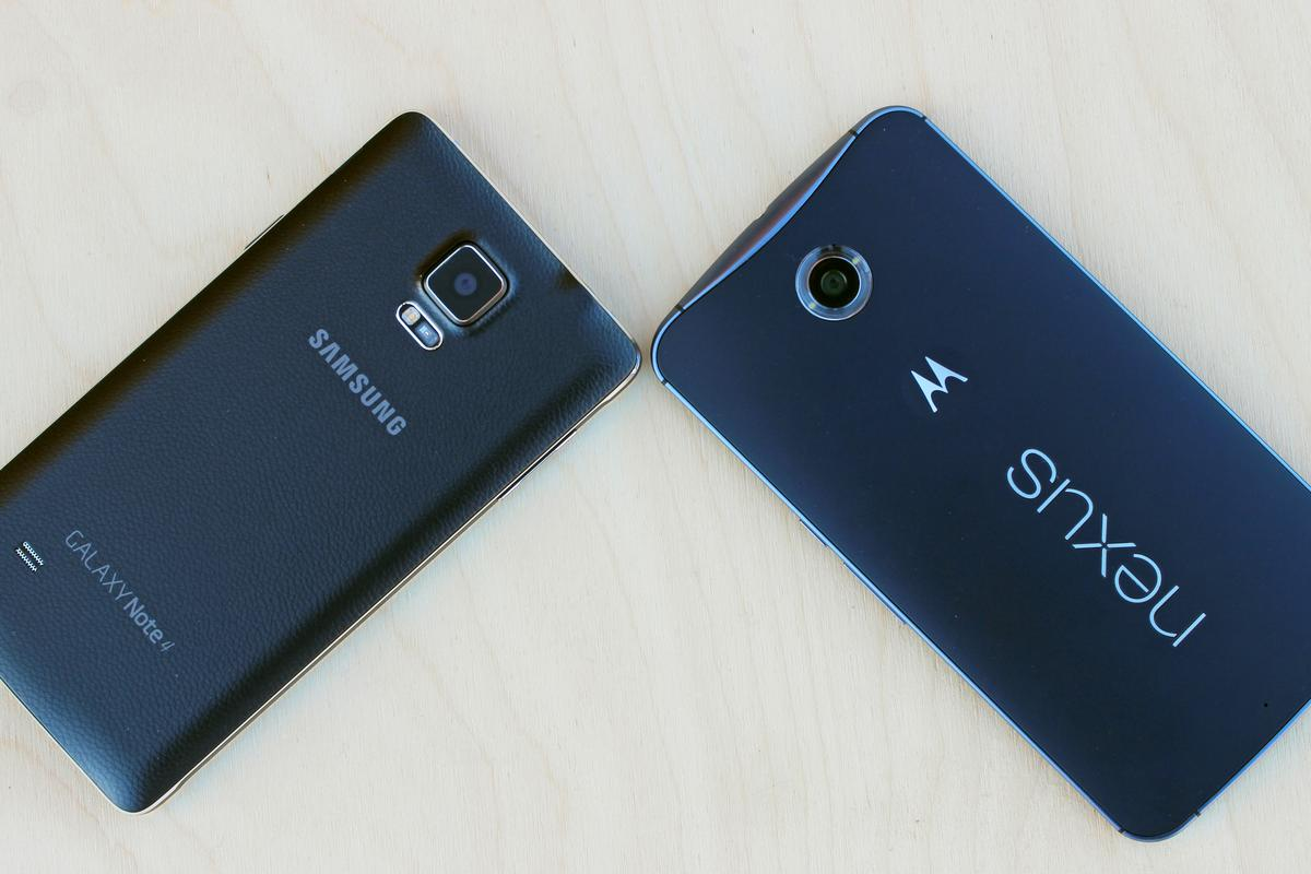 Gizmag goes hands-on to compare the Samsung Galaxy Note 4 (left) and Google Nexus 6 (Photo: Will Shanklin/Gizmag.com)