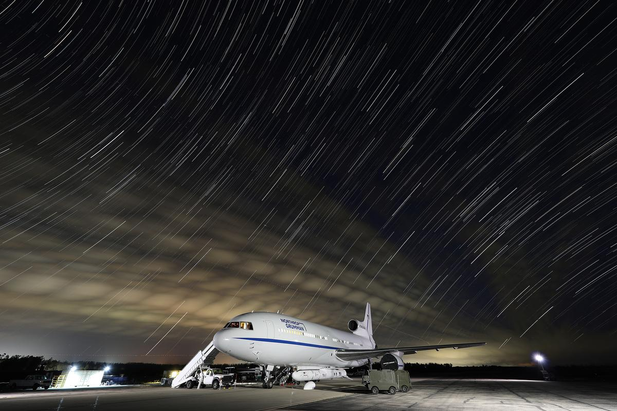 """The """"Stargazer"""" L-1011 aircraft with the Pegasus XL rocket attached"""