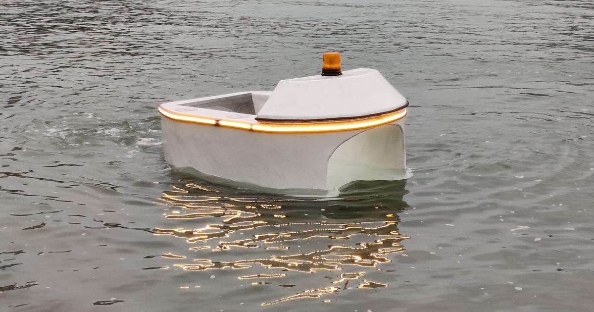 Autonomous aquatic robot goes after garbage