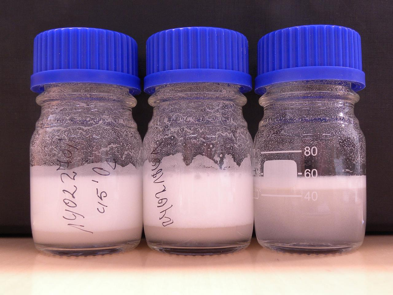 The functionalized polymer powder disperses in water