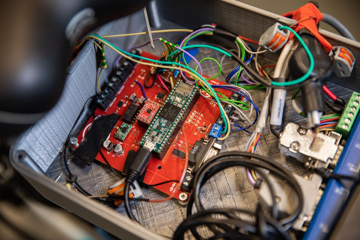 An inertial measurement unit (an accelerometer/gyroscope combo) tracks the bike's movements at speeds over 4 km/h (2.5 mph) –motion data is analyzed by an onboard microprocessor