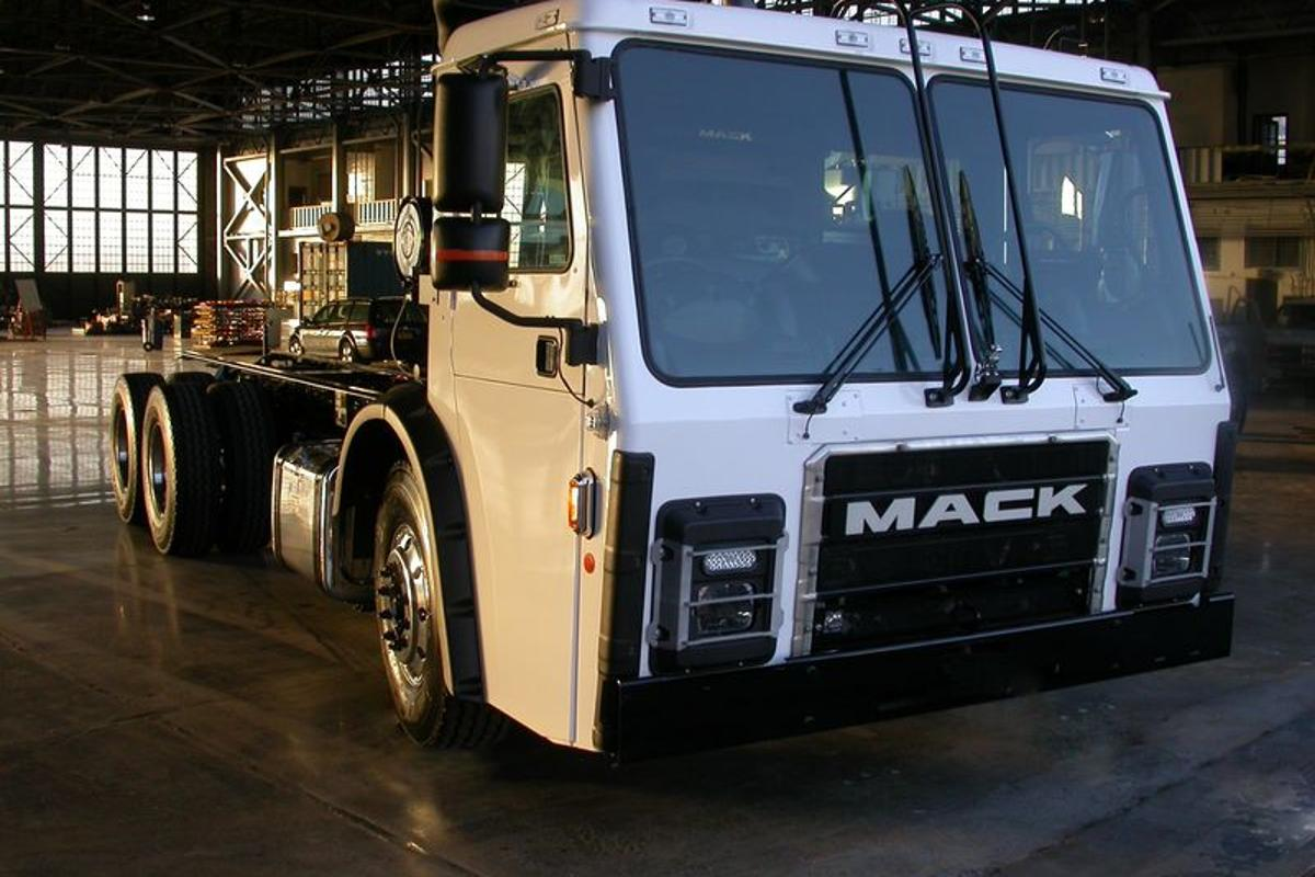 "The truck is a Mack LR model refuse collection truck (aka ""garbage truck"") chassis that's been retrofitted with Wrightspeed's Route 1000 turbine and electric powertrain"
