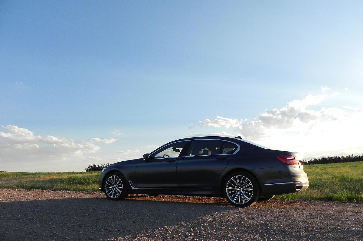 The most obvious changes to the 2016 7-Series is the now-standard long wheelbase (126.4 inches, 321 cm)