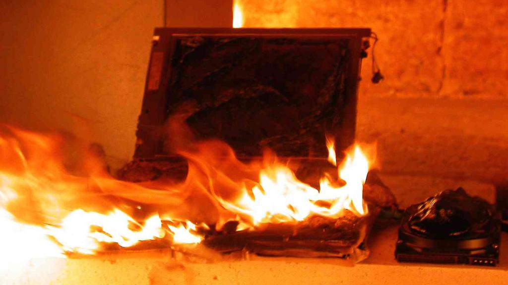A laptop generating a little too much waste heat (Photo: secumem via Wikipedia Commons)