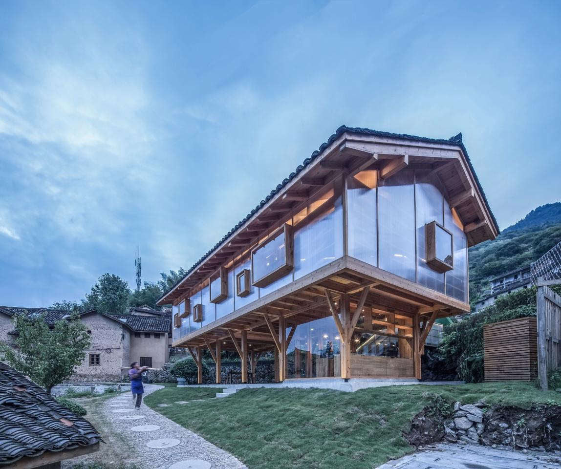 The Mountain House in Mist has a total floorspace of 156 sq m (1,679 sq ft) and is primarily constructed from wood