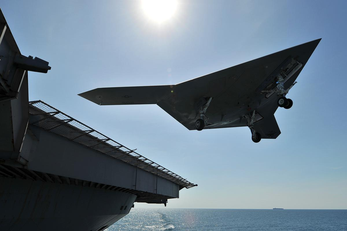 X-47B leaving the flight deck after a touch-and-go landing (Image: US Navy by Mass Communication Specialist 2nd Class Tony D. Curtis)