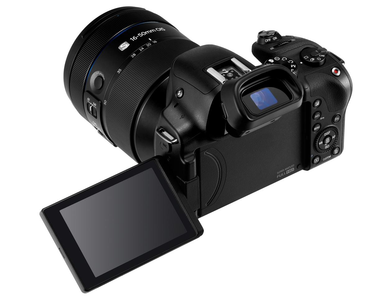 A stand-out feature of the Samsung NX30 is the 2,359K-dot electronic viewfinder which can also tilt up 80 degrees
