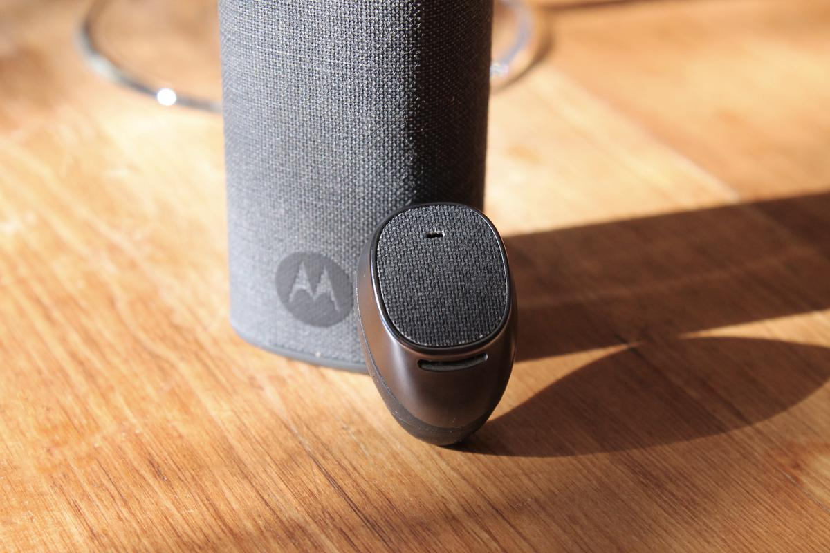 Gizmag reviews Motorola's attempt at reinventing the Bluetooth headset, the Moto Hint (Image credit: Eric Mack/Gizmag.com)