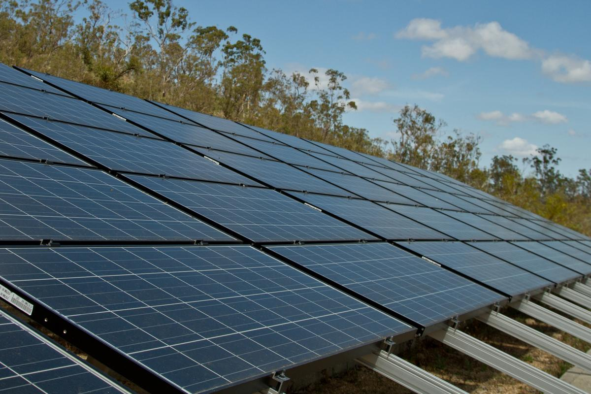 "University of Sydney researchers have developed a ""photochemical upconversion"" technique to increase the efficiency of solar cells (Photo: Noel McKeegan / Gizmag)"