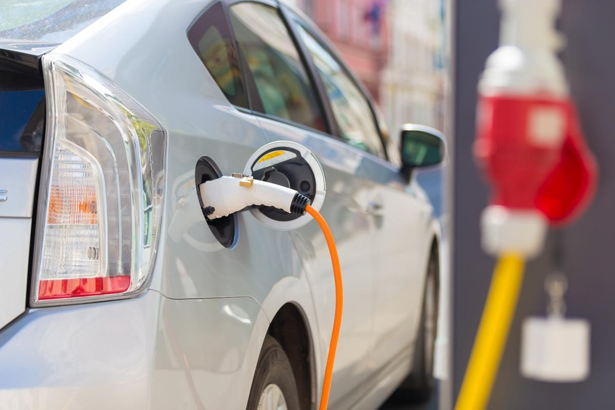 While electric cars are catching on, their relatively short capacities are holding them back from wide acceptance