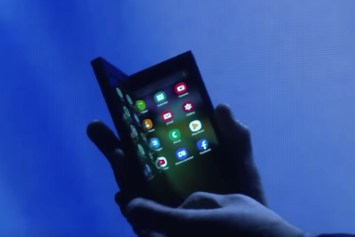 Samsung has shown off a prototype of theInfinity Flex Display, a device with a folding screen
