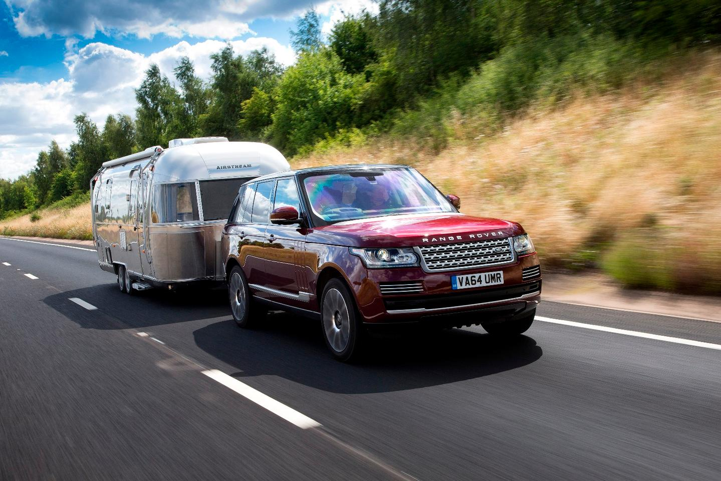 The Transparent Trailer uses video feeds from the car's surround camera system together with another digital wireless camera installed in the rear of a trailer, caravan, or horsebox